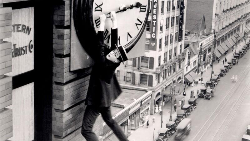 Was man mit der geschenkten Zeit anfangen kann - Filmszene aus Safety Last mit Harold Lloyd am Zeiger einer riesigen Uhr hängend